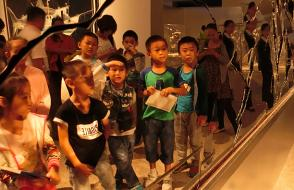 """Tong Le painted"" teachers lead the children to visit the ""protection of sharks"" Tour Exhibition National Museum Station"